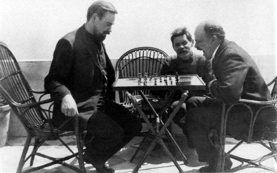 Alexander-Bogdanov-y-Lenin-juegan-al-ajedrez.-Maximo-Gorki-observa.