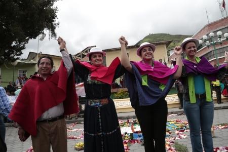 mujeres asamblea autoridades_en_alausi