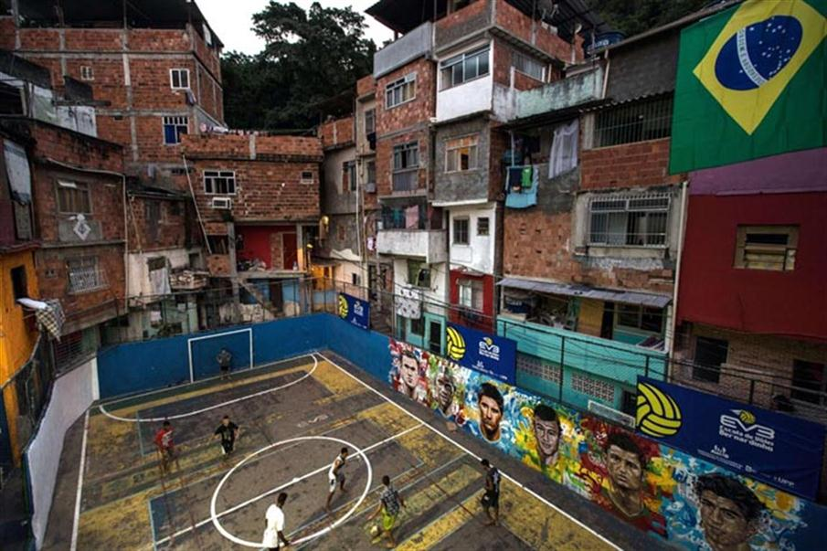 Otra de las favelas brasileñas donde se busca alternativas sociales para la juventud / Foto: AFP, Yasuyoshi Chiba(favela) in Rio de Janeiro, Brazil on June 8, 2014, just four days ahead of the FIFA World Cup 2014.  AFP PHOTO / YASUYOSHI CHIBA   FBL-WC-2014-BRAZIL-FAVELA