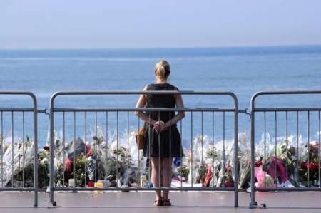 En la ofrenda floral para las 84 víctimas del atentado en Niza. Foto AFP