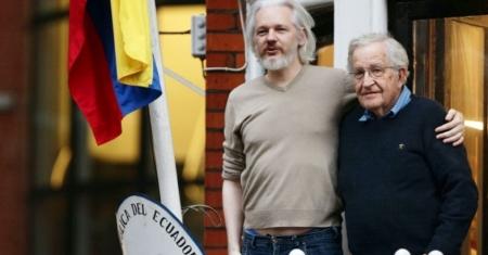 Julian Assange y Noam Chomsky en el balcón de la embajada ecuatoriana en Londres (Foto AP)
