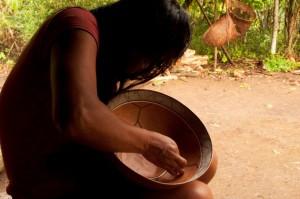 Después de una larga jornada, Rita crea hermosos objetos de arte llamados mokawas que sirven para tomar chicha. / Foto: Esteffany Bravo S