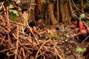 Edelina e Indira, trabajando en sus chakras. / Foto: Esteffany Bravo S