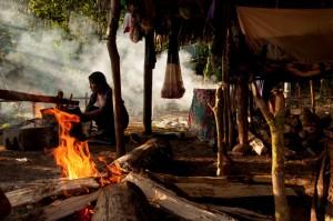 Mujer de Sarayaku, cocinando. / Foto: Esteffany Bravo S.