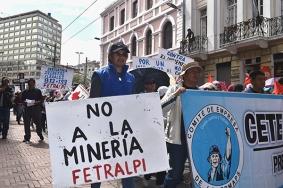 Con carteles y banderas recorren las calles de Quito. Foto: Mayra Caiza/ La Línea de Fuego