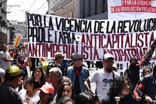 El cantautor Jaime Guevara e Igor Icaza en la marcha por el Día Internacional de los Trabajadores. Foto: La Línea de Fuego