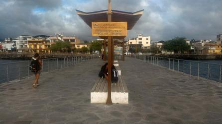 Sistema de alumbrado público con energía solar en el puerto de San Cristóbal.