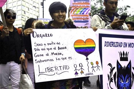 Con mensajes de igualdad y amor recorrieron las calles del centro histórico de Quito.