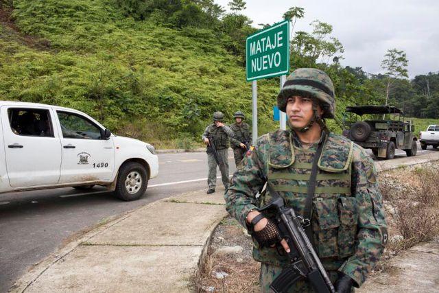 Patrullaje de militares ecuatorianos ante la petición del primer grupo de periodistas para entrar a Mataje. Foto: Periodistas Sin Cadenas.