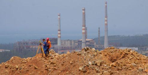 Ingenieros miden la tierra, atrás se encuentran la planta procesadora: la explotación de níquel es una de las fuentes de ingreso más importante de Cuba, después del sector de los servicios y el turismo.