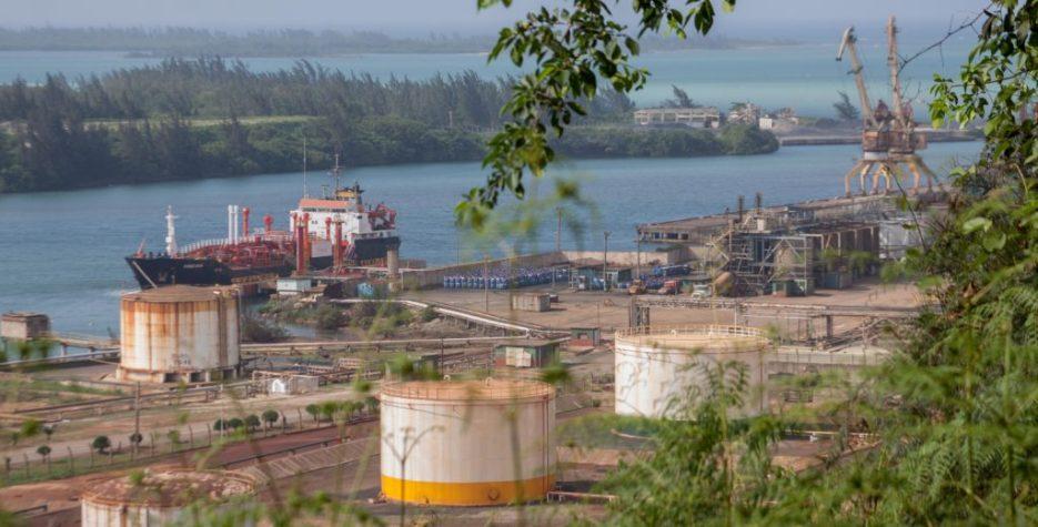 Gran parte del mineral se exporta con buques de carga a todo el mundo. Los principales clientes son China, Canadá y Europa. También empresas de Brasil y de Sudáfrica están interesadas en la explotación cubana de níquel. Hasta ahora se ha extraído solo una pequeña parte de las reservas que existen en la isla.