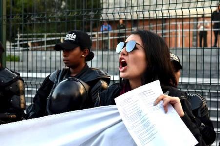 Mujeres del Colectivo Luna Roja protestaron frente a la Asamblea Nacional. Un cordón policial custodiaba el Palacio. Foto: Mayra Caiza