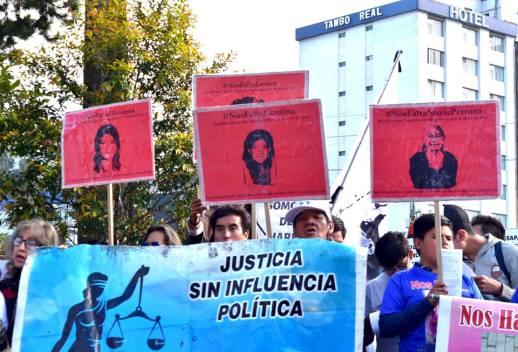 En los exteriores de la Fiscalía General del Estado se mostraron los rostros de las mujeres desaparecidas. Foto: Mayra Caiza