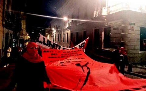 La Marcha por el Día Internacional de la Mujer organizado por el Colectivo Luna Roja salió desde el parque El Arbolito hacia el centro histórico de Quito. Foto: Mayra Caiza.