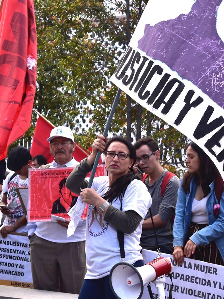 Elizabeth Rodríguez, madre de Juliana Campoverde, con megáfono en mano exige justicia para Juliana, joven desaparecida desde el 2012. Foto: Mayra Caiza.