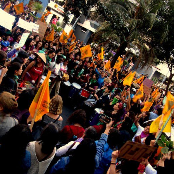 En manos de las mujeres: miles de personas marcharon el viernes pasado desde el Ministerio de Trabajo hasta el Parlamento ecuatoriano. Desde hace meses en Quito y otras ciudades del país se manifiestan en las calles con indignación por la violencia, explotación y las desapariciones forzadas.