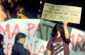 """""""Somos las víctimas del abuso sexual en escuelas y colegios que soló entre 2014 y 2017 suman 835 denuncias"""", así lo registra un folleto que entregaron durante el 8M en Quito."""
