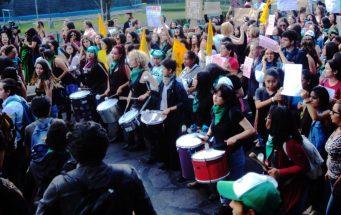 Solo en Cuba y Uruguay se puede abortar legalmente. En el resto de los países latinoamericanos el aborto es punible, en algunos lugares, incluso en casos de violación. Por lo tanto, miles de mujeres cada año se ven obligadas a entrar en la ilegalidad, poniendo en peligro su salud. La Concha Batukeada Lesbofeministas marchando hacia el Parlamento.