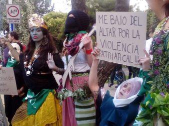 Diferentes iconos presentes en la marcha. La diosa Kali, mujeres zapatistas y la virgen rebelada.