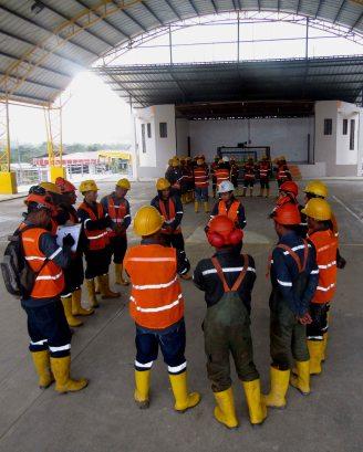 Mujeres paramédicas explicando primeros auxilios a los trabajadores de la empresa minera, en el nuevo polideportivo de la parroquia. Foto: Romano Paganini