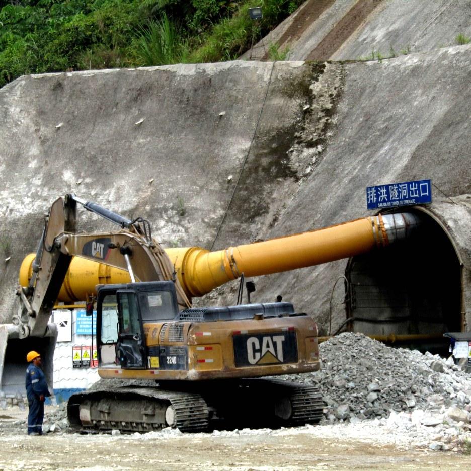 Máquinas pesadas cavando el futuro túnel para el Río Tundayme. El daño ambiental, así dice la empresa, estaría mayor, si no se desviaría a este río. Foto: Romano Paganini
