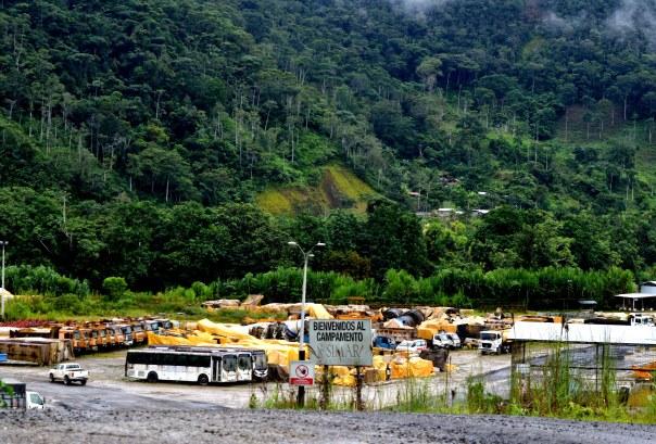 Antes gallinas y vacas, ahora cavadoras y volquetas: Tundayme se convirtió de un pueblo de campo en uno de los veinte centros mineros más grandes del mundo.